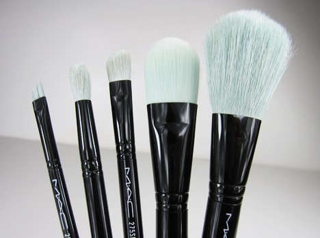 MACprimpedbrush4B MAC Fabulousness: Primped Out Perfectly Plush Essential Brush Kit   review, photos & swatches