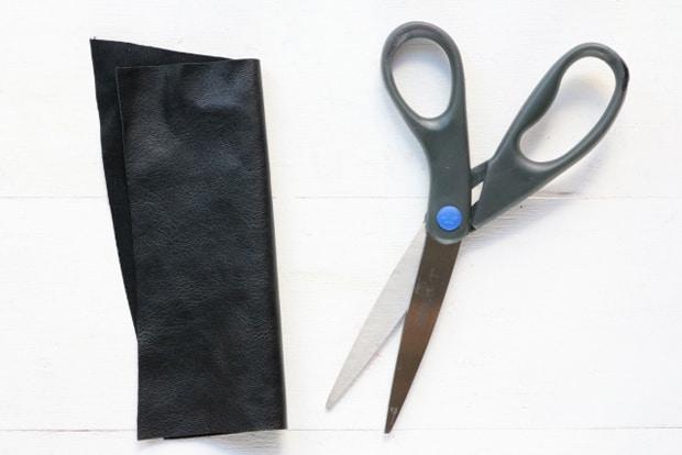 Easy-DIY-Heart-Print-Chevron-Necklace-5