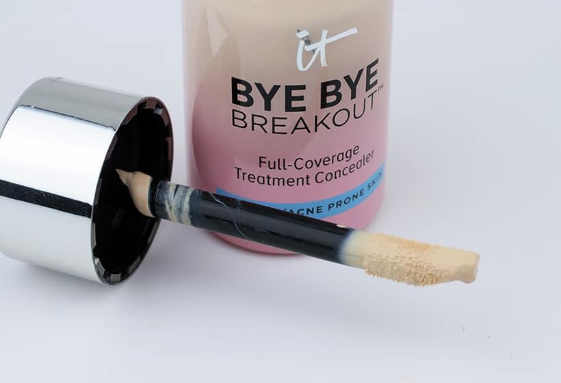 IT Cosmetics Bye Bye Breakout Concealer applicator IT Cosmetics Bye Bye Breakout Concealer and Powder